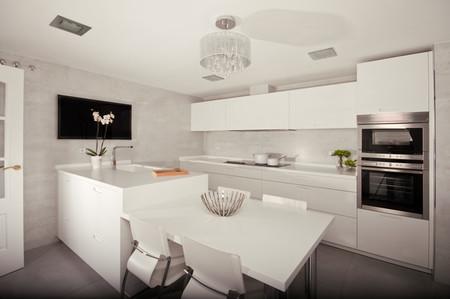 Unir mesa y península para ganar funcionalidad y espacio en la cocina