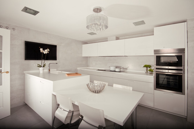 Unir mesa y pen nsula para ganar funcionalidad y espacio for Cocinas modernas blancas con peninsula