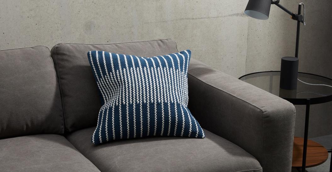 Cojín bordado en azul y blanco