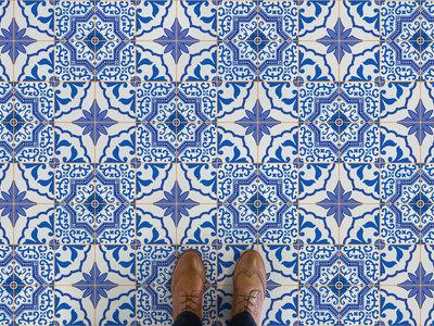 El azul triunfa en los suelos vinílicos que imitan baldosa hidráulica