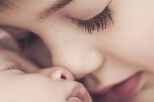 Cómo involucrar al hermano mayor en el cuidado del bebé