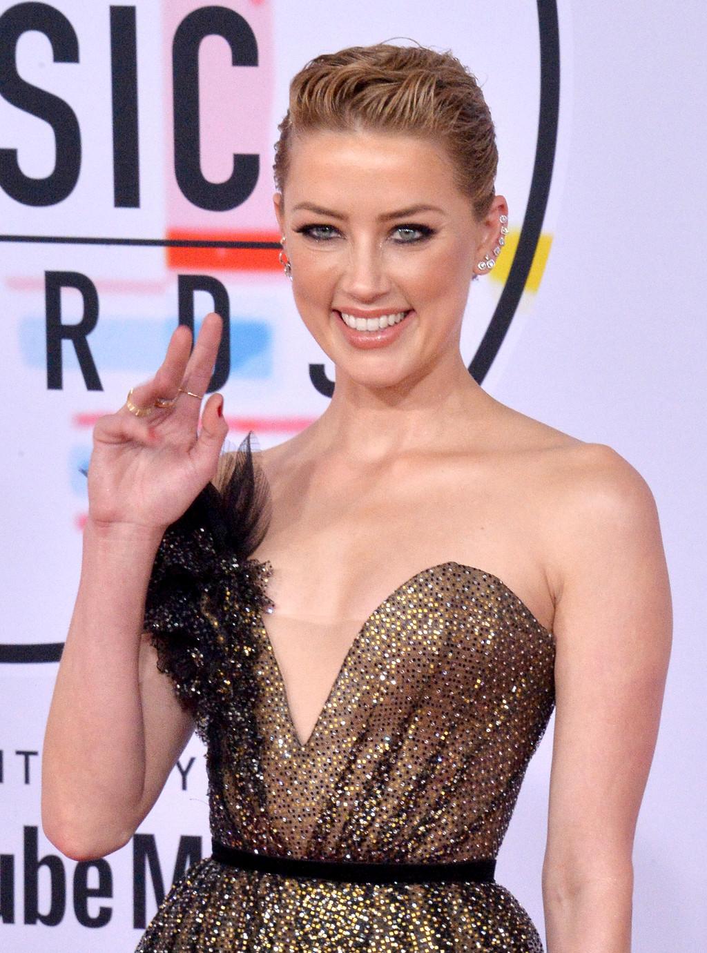 Amber Heard nos deja uno de los grandísimos looks de los AMAs: resultado wet en un recogido recogido ideal