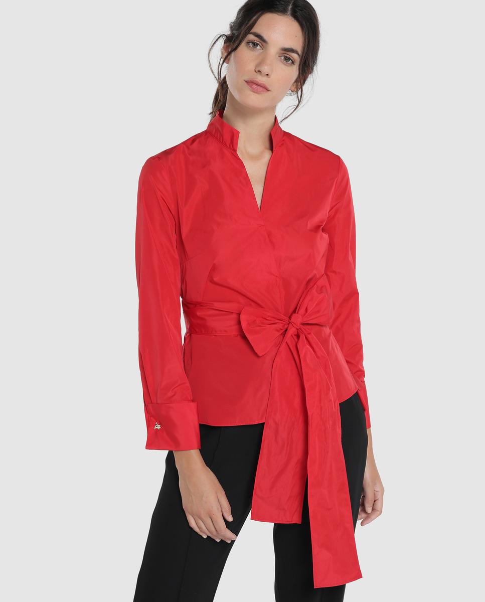 Camisa de mujer con cuello mao de color rojo. Tiene una abertura con lazada en la cintura.