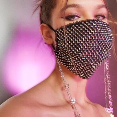 Reina del brillo y del glam, Bershka tiene la mascarilla perfecta para ti donde el strass es el protagonista