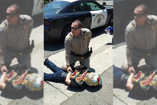 Huir en moto de la policía en EE.UU. para evitar una multa no es buena idea, y este vídeo lo prueba