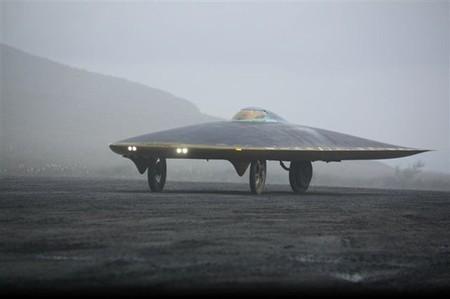 Power of One, tirando de un coche eléctrico artesanal por el medio ambiente