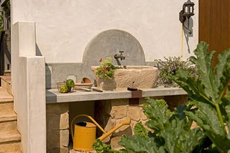 Fregadero de estilo rústico en jardín