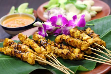 Satay Indonesio Servido Sobre Hoja De Palmera Y Acompanado De Salsa De Cacahuete