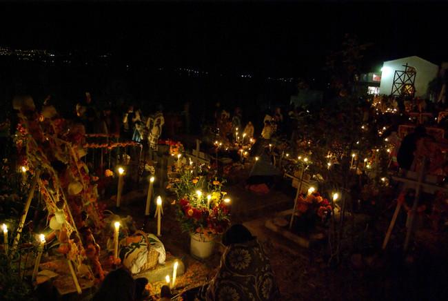Visita al cementerio el Día de Muertos
