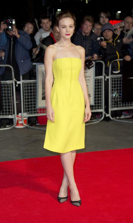 Carey Mulligan con vestido amarillo de Dior en la premiere Inside Lewyn Davis durante el Festival de Londres BFI en 2013