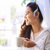 Cleer Audio presenta Arc, un curioso auricular inalámbrico que reproduce el sonido desde fuera del oído sin cubrir la oreja