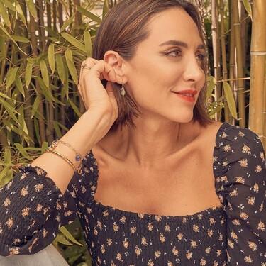 Top fruncido de estampado floral de manga larga y vaqueros de lavado claro, el look de Tamara Falcó que nos salvará en entretiempo