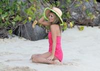 Nosotras pasando frío y las famosas en la playa en bikini, ¡qué injusto!
