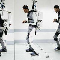 Un exoesqueleto robótico controlado con la mente permite mover piernas y brazos a un joven francés tras años sin poder hacerlo