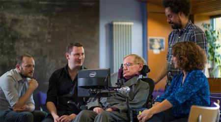 Stephen Hawking ya puede comunicarse más rápido con su teclado predictivo personal de la mano de Intel