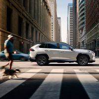 El Toyota RAV4 se actualiza con aviso acústico para peatones, Android Auto y Apple CarPlay, desde 33.650 euros