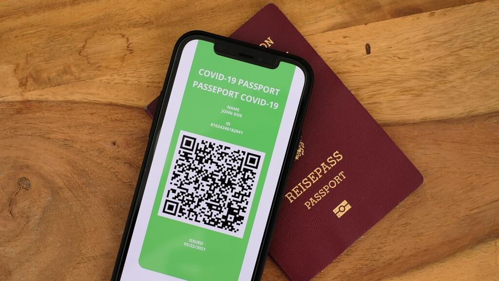 Un código de barras para viajar libremente: qué sabemos del pasaporte de vacunación de la Unión Europea