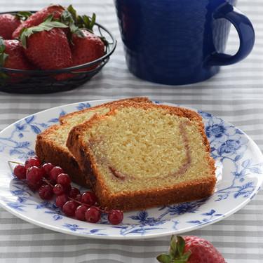 Cake de almendra y mermelada de fresa: receta para desayunos y meriendas de primavera