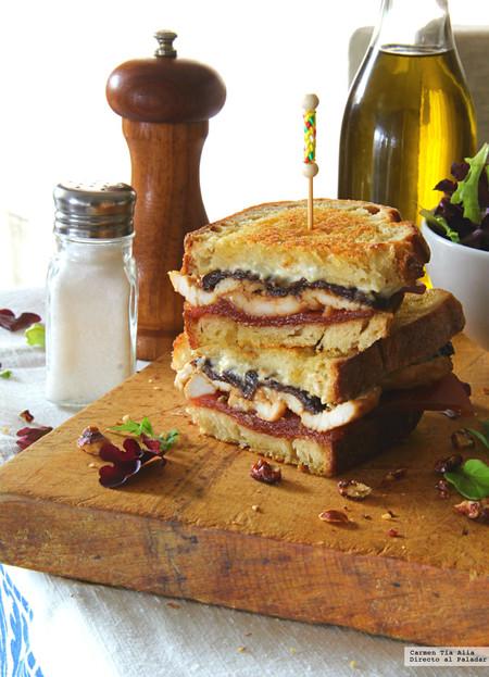 sandwich de pollo marinado, queso de cabra, ciruelas y membrillo