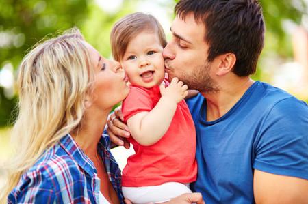 Demostrar cariño en público está bien, y así debemos enseñárselo a nuestros hijos