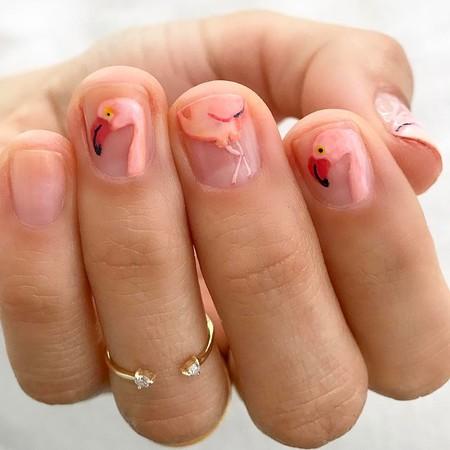 No te pongas flamenca: mejor llévalos en tus uñas con la manicura más veraniega y divertida de la temporada