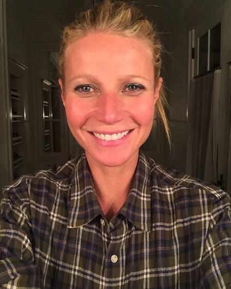 Gwyneth Paltrow celebra su cumpleaños con una foto en la que solo lleva la crema corporal de Goop (y su hija no duda en comentarlo)