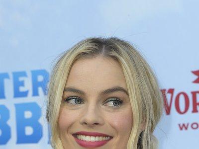 El look de invitada perfecta viene de la mano de Margot Robbie y su estilismo más romántico