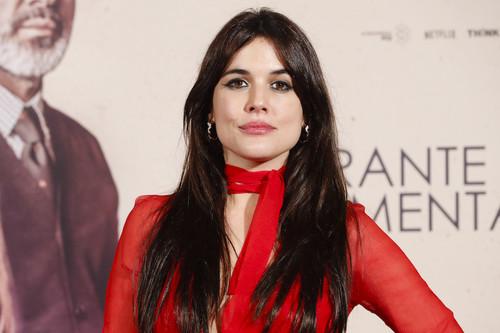 Adriana Ugarte se equivoca con este vestido de color rojo para asistir al estreno de 'Durante la Tormenta', su nueva película