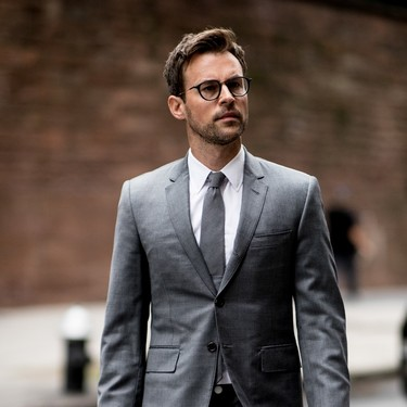 El mejor streetstyle de la semana: cómo combinar un traje gris para que no resulte aburrido