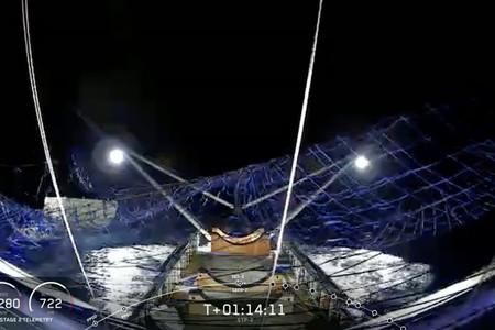 """SpaceX consigue recuperar por primera vez el carenado de uno de sus cohetes usando la enorme red de su barco """"Ms. Tree"""""""