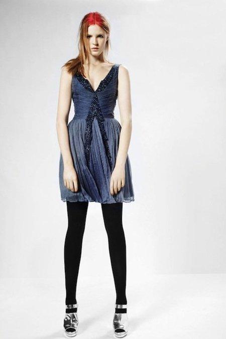 Las siluetas limpias y los cortes rectos pueden ser nuestros aliados para los vestidos de noche. Este en color crema es de French Connection y combina el