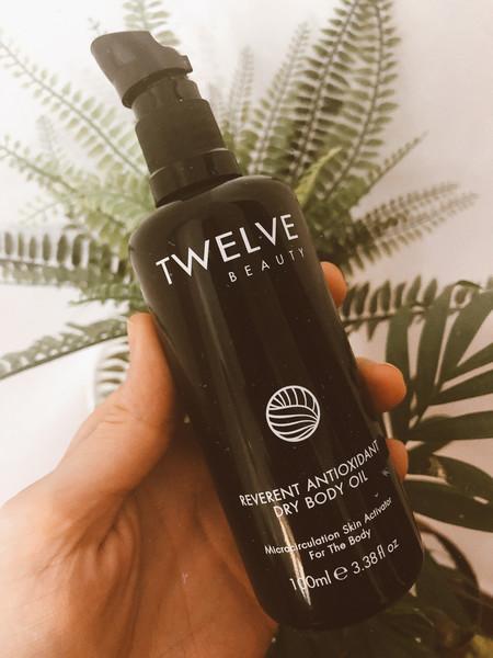 El aceite corporal seco de Twelve Beauty se absorbe al instante, huele a canela y es el aliado perfecto después de hacer deporte