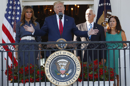 Elegancia y sencillez extrema: Melania Trump apuesta por los (mini) lunares y nos recuerda la importancia de este print