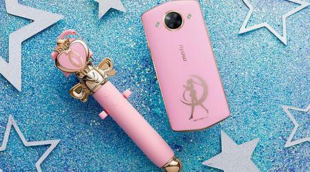 ¡Por el poder del Prisma Lunar! Así es el Smartphone de Sailor Moon