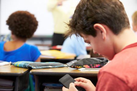 Los móviles estarán prohibidos en los colegios e institutos públicos de Madrid a partir de septiembre, con algunas excepciones