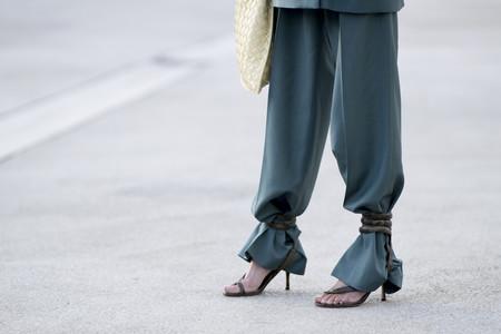 Es una realidad: las sandalias tobilleras seguirán atándose por encima del pantalón. Palabra del street style
