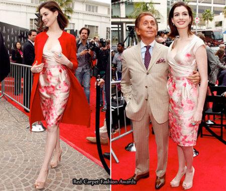 Anne Hathaway acompaña a Valentino a develar su placa en Rodeo Drive
