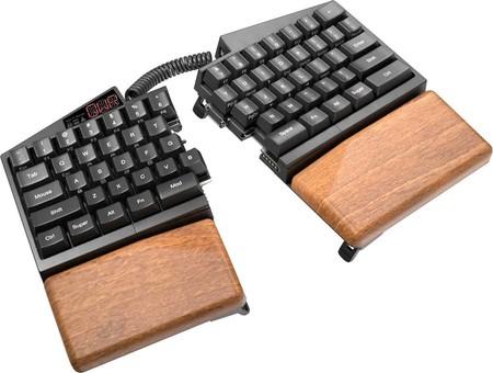 Este extraño teclado mecánico partido, programable y hecho con madera está diseñado para lograr la mayor productividad
