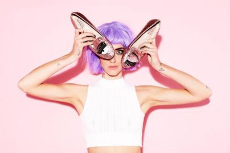 Chiara Ferragni tira de pelucas de colores en la nueva campaña de su marca de zapatos