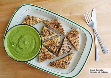 Tofu con hierbas al grill y salsa de aguacate. Receta