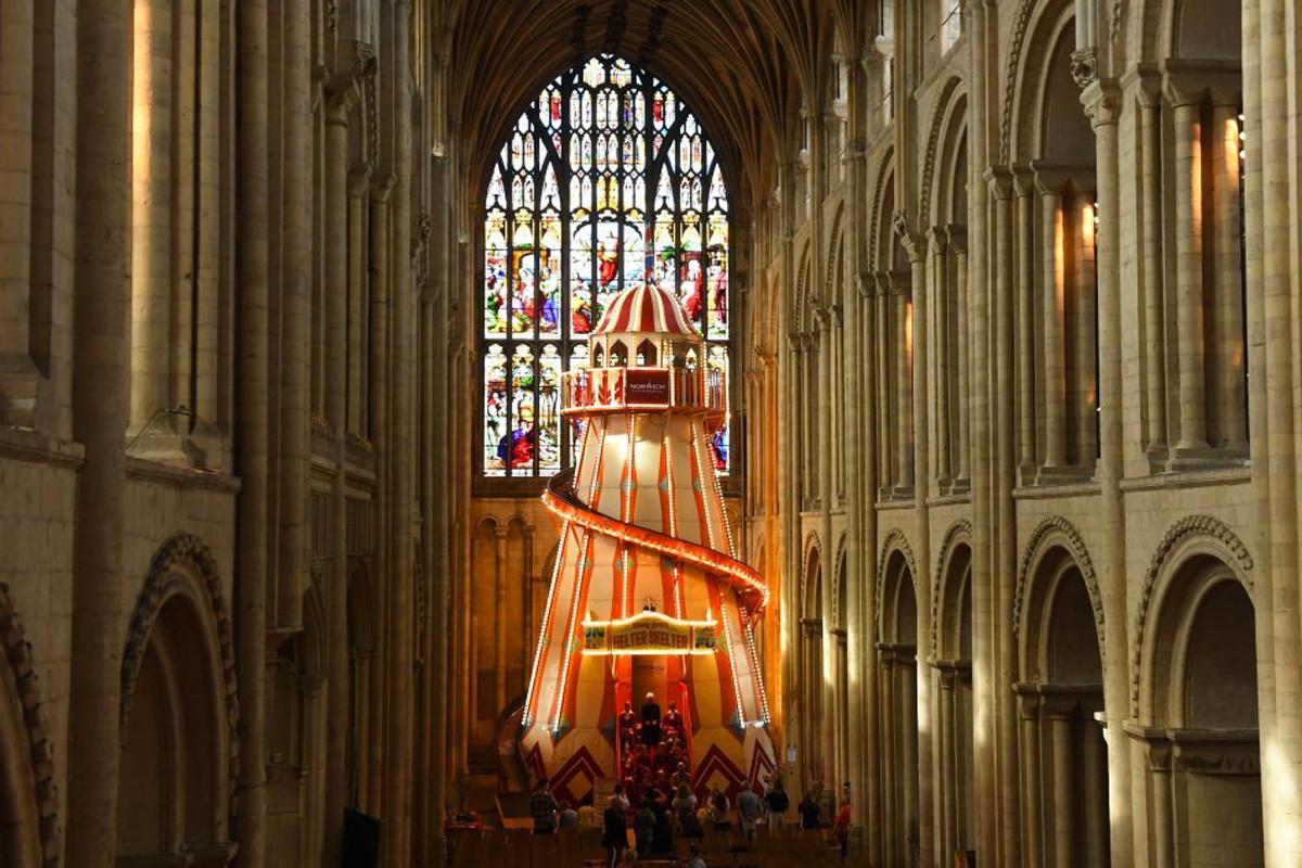Cada vez hay menos cristianos. Ahora la Iglesia quiere solucionarlo con toboganes en las catedrales