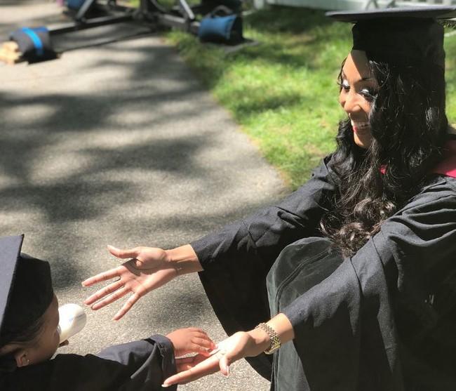 El emotivo mensaje de una madre soltera a su hija de un año, tras terminar sus estudios en Harvard