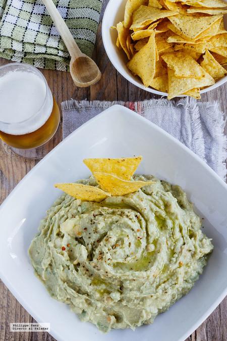 Bagel de aguacate y hummus con brotes de cilantro. Receta fácil y saludable para el desayuno