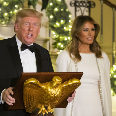 El vestido capa de más de 3.300 euros que ha convertido a Melania Trump de nuevo en la Reina de las Nieves más cool