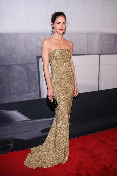 El vestido dorado de Hilary Rhoda nos gusta tanto que se lo queremos copiar para fiestas