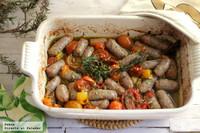 Salchichas horneadas con tomates surtidos y guindilla al estilo de Jamie Oliver. Receta