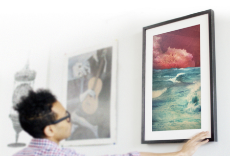 Un gesto para pasar de obra en los cuadros digitales de Meural