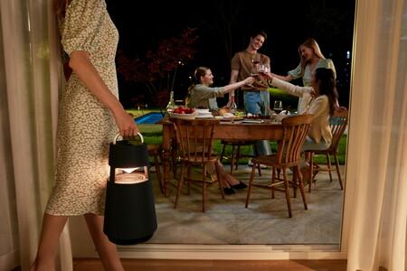 LG presenta el XBOOM 360, un altavoz Bluetooth portátil con forma de linterna, sonido omnidireccional y 10 horas de batería