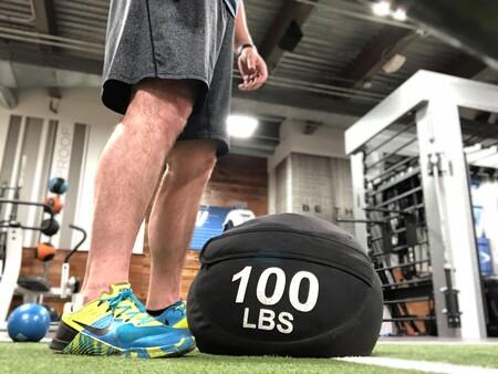 Un entrenamiento para trabajar tus piernas y glúteos en casa solo con un sandbag o saco de arena
