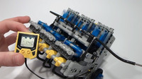 Fabricando un motor V10... ¡de LEGO!